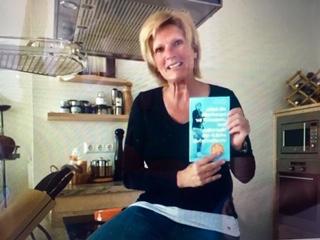 Claudia Neumann mit ihrem Erstling. Interessante Einblicke in die Biographie der Fußballreporterin und mehr.